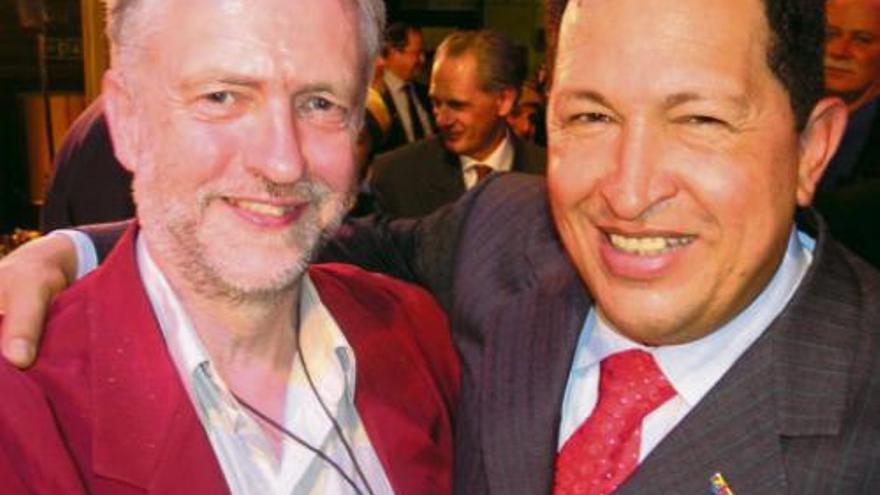Corbyn con el presidente de Venezuela Hugo Chávez.