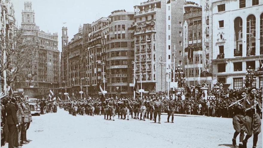 Desfile de las tropas franquistas en la plaza del Ayuntamiento el 31 de marzo de 1939