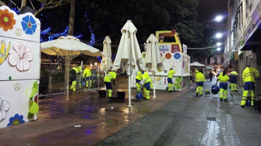 Limpieza tras una fiesta de carnaval en Las Palmas de Gran Canaria.