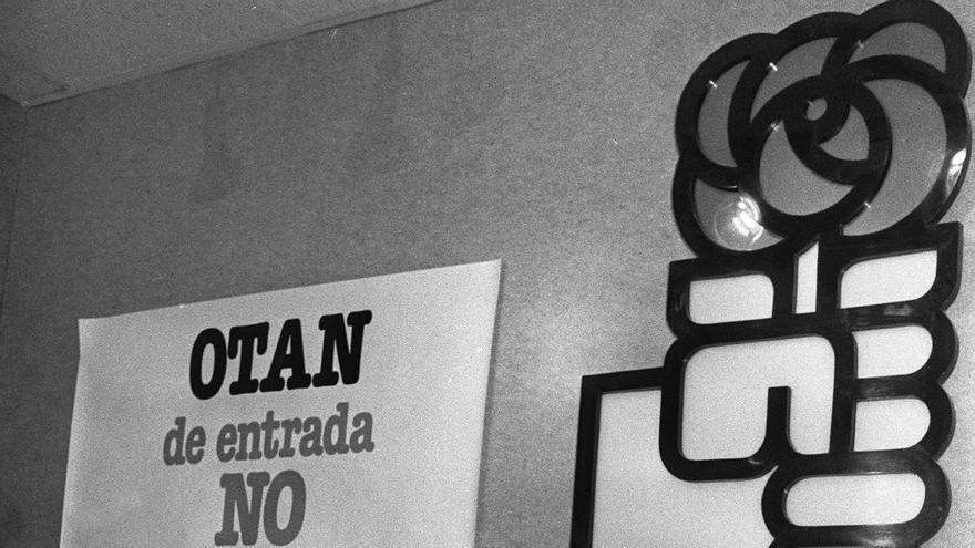 """Los principales partidos políticos nacionales han iniciado diferentes campañas a favor o en contra del ingreso de España en la OTAN. Por su parte, el PSOE ha organizado """"una campaña de explicación de la postura de su partido ante la entrada en la OTAN"""". En la imagen el secretario general del PSOE, Felipe González, explicar la postura de su partido contra el ingreso de España en la OTAN."""