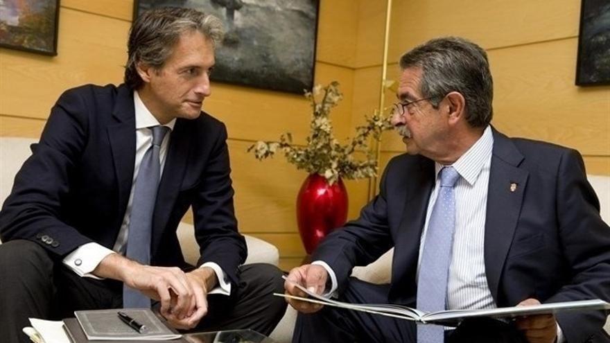 """De la Serna lamenta la """"bajada de pantalones"""" de Revilla en el acuerdo de infraestructuras con el PSOE"""