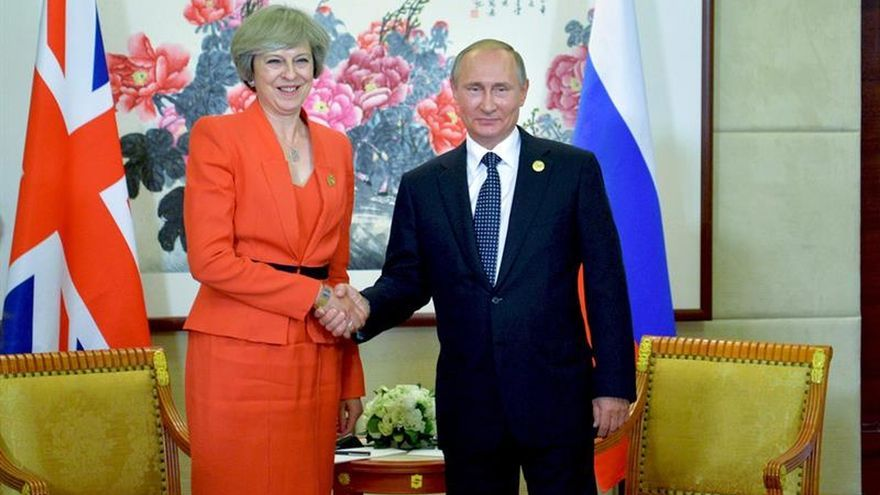"""May y Putin abordan medidas para mejorar lazos bilaterales tras el """"brexit"""""""