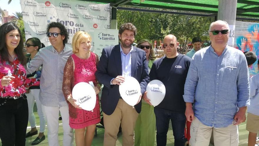 El presidente de la Comunidad de Murcia, Fernando López Miras, junto con miembro de la asociación ultracatólica 'Foro de la Familia'