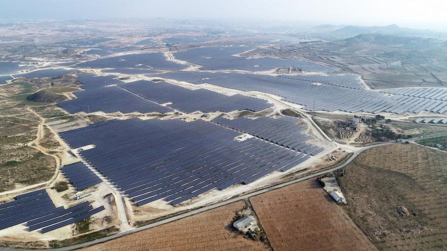 Megaparque solar del Grupo Cobra en construcción en Mula (Murcia).