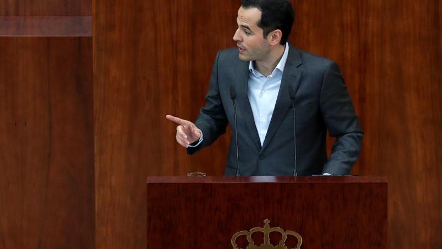 El portavoz de Ciudadanos, Ignacio Aguado, hoy durante el pleno extraordinario de la Asamblea de Madrid.