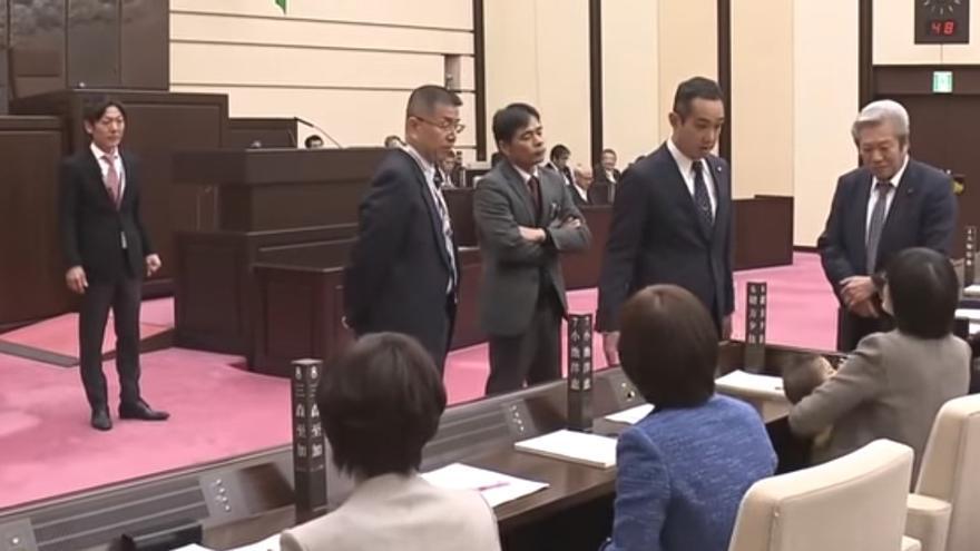 Una política japonesa se ve obligada a abandonar una cámara municipal por acudir con su bebé de siete meses