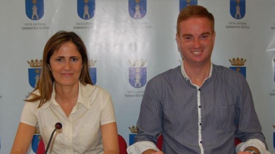 Olga Salvador y Óscar Clavell, cuando fueron alcalde y concejal de Educación de la Vall d'Uixó en la legislatura 2011-2015.