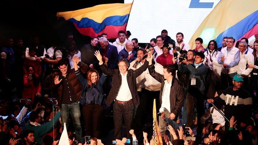 """Candidato opositor dice a los jóvenes que Ecuador vive una """"dictadura de un partido"""""""