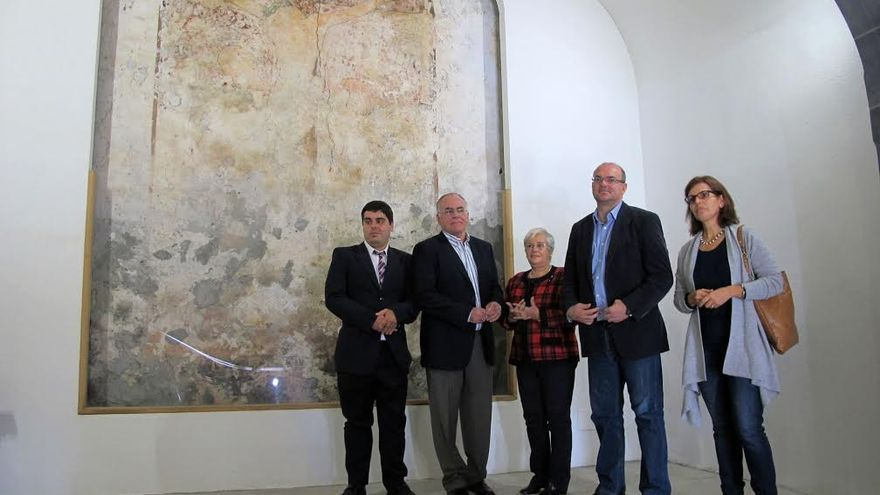 En la imagen, el presidente del Cabildo y otras autoridades junto al mural del Cristo de la Portería,