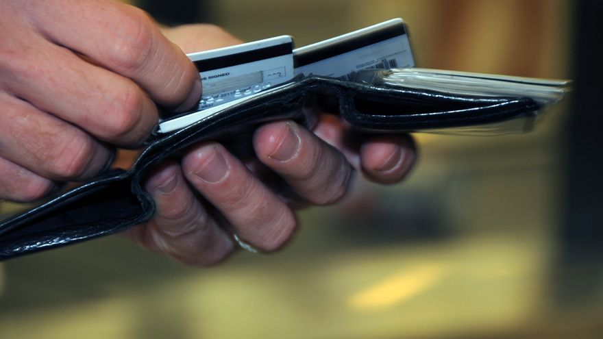 Billetera repleta de tarjetas de crédito