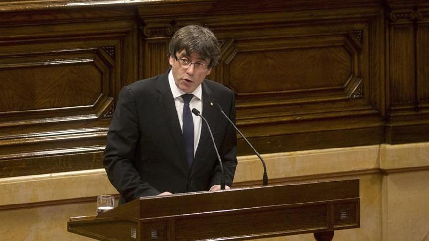 Puigdemont asume el mandato de la independencia y pide suspender sus efectos
