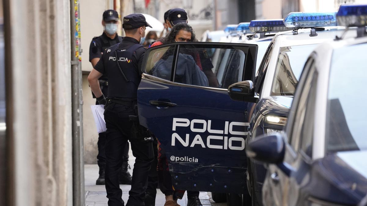 El cantante Diego 'El Cigala' saliendo detenido de comisaría