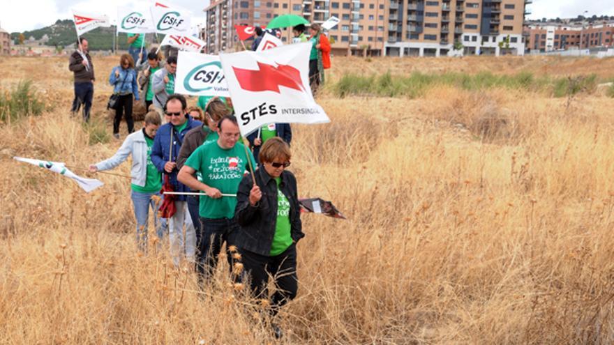 Momento en el que sindicatos y asociaciones de educación laica protestan contra la cesión de los terrenos. StesCyl.