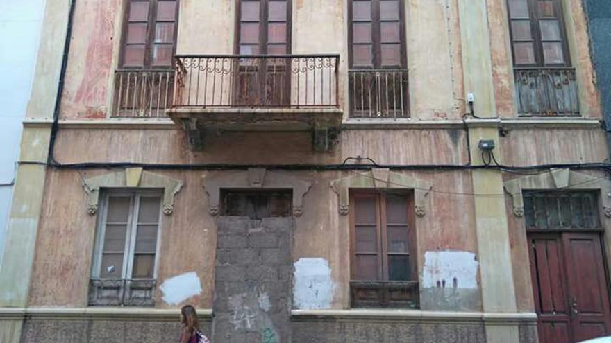 Edificio residencial deshabitado y protegido contras los okupas, en la misma zona centro de Santa Cruz