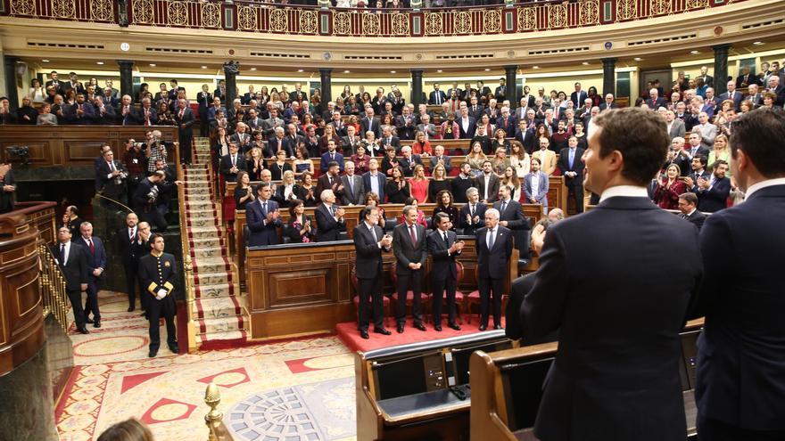 Pablo Casado y de fondo Pedro Sánchez en la conmemoración del 40º aniversario de la Constitución