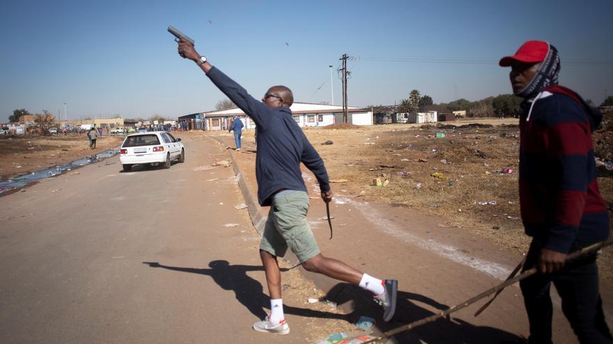 Un taxista dispara al aire durante los disturbios en Sudáfrica