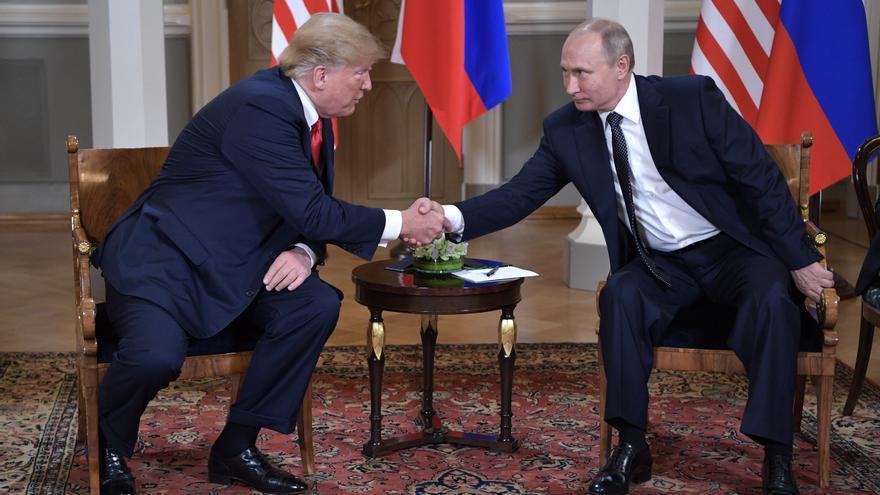 Donald Trump y Vladímir Putin se saludan ante la prensa en el inicio de la cumbre de Helsinki