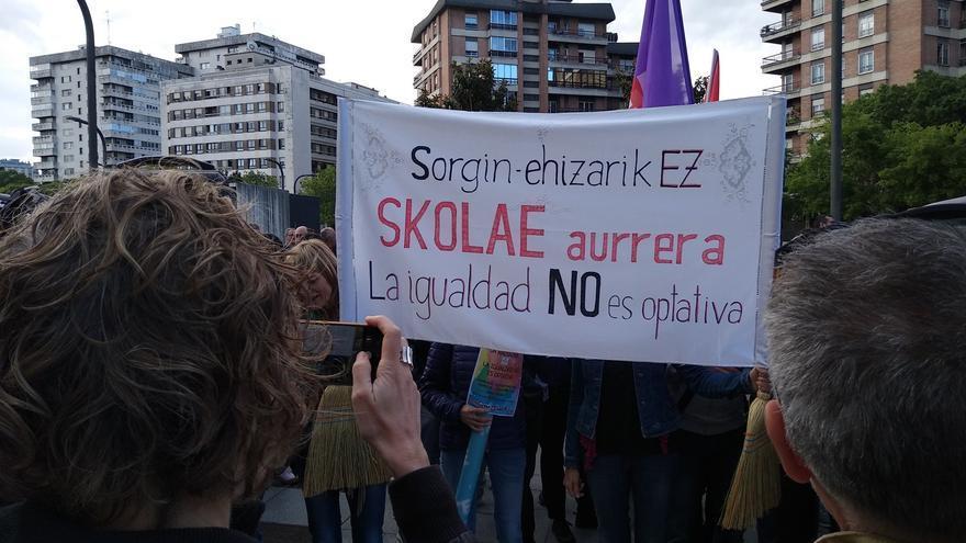 Concentración en apoyo de Skolae a las puertas del palacio de Justicia de Pamplona.