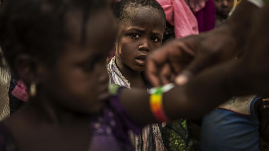 En Níger, malaria y desnutrición coinciden en el mismo periodo del año –entre los meses de julio a octubre– cuando las familias se enfrentan a la escasez de alimentos y tiene lugar la estación de lluvias, momento en el que proliferan los mosquitos. Personal de Médicos Sin Fronteras mide la circunferencia del brazo de una niña para conocer su estado nutricional. Fotografía: Juan Carlos Tomasi