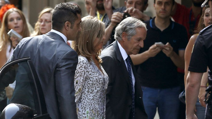 Rosalía Iglesias entra en la Audiencia Nacional el 27 de junio de 2013 en compañía de su abogado y Sergio Ríos, con traje gris.