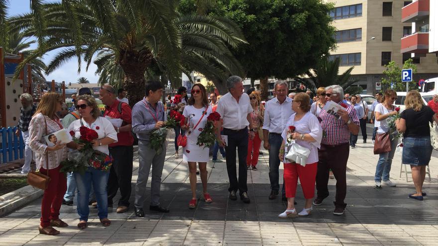 Los candidatos de la coalición PSOE-NC en el Rastro de Las Palmas de Gran Canaria