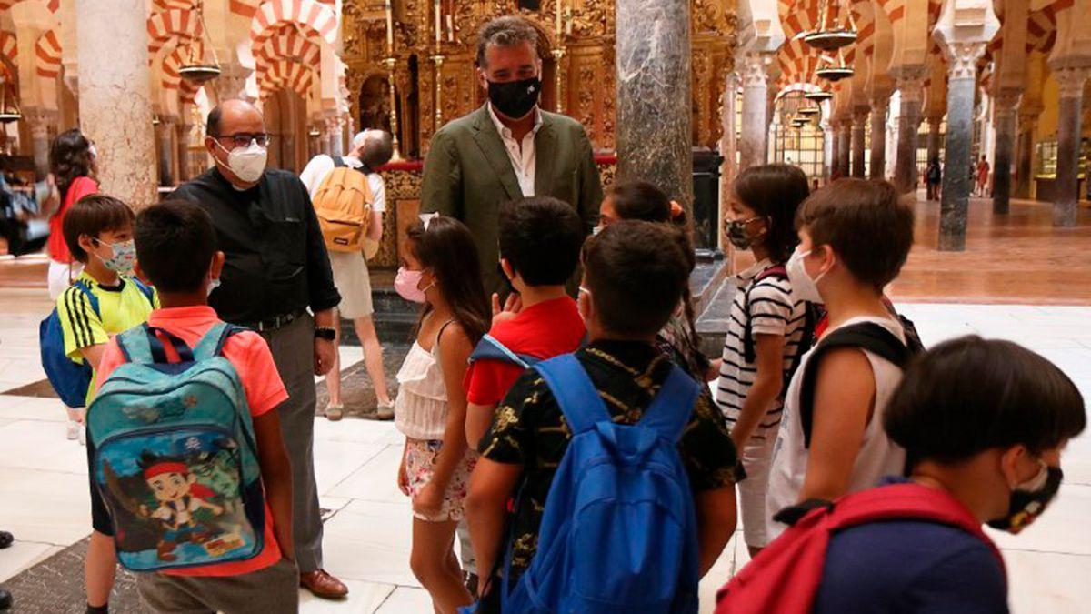 Escolares en la Mezquita Catedral con representantes del Cabildo y el Ayuntamiento.