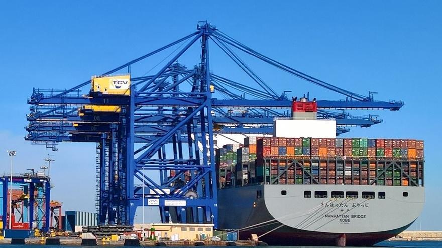 Un barco cargado de contenedores en el puerto de Valencia.