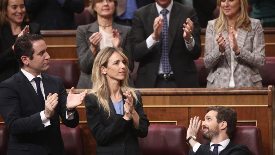 Los diputados del PP aplauden la intervención del presidente del Partido Popular, Pablo Casado (sentado) tras su intervención en la primera sesión del debate de investidura del candidato socialista a la Presidencia de Gobierno en la XIV Legislatura.