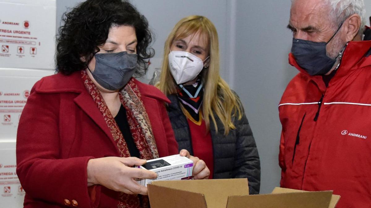 La ministra Vizzotti, durante una de las entregas de dosis de AstraZeneca, a fines de junio.