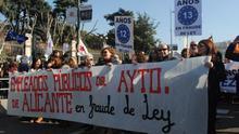 Trabajadores públicos de Alicante se manifiestan en Cibeles (Madrid) contra el abuso en la temporalidad.