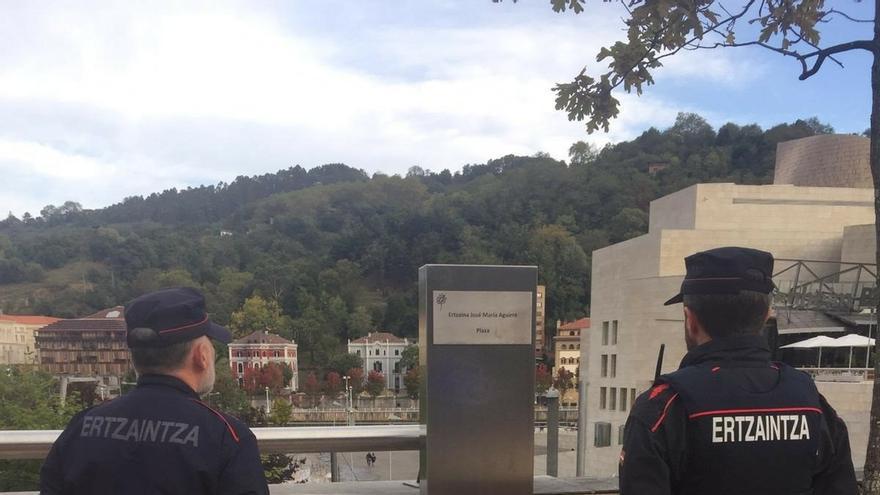 ErNE homenajea ante el Museo Guggenheim al ertzaina Txema Aguirre, asesinado por ETA el 13 de octubre de 1997