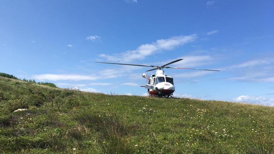 El helicóptero del Gobierno de Cantabria realiza un rescate en los acantilados entre Suances y Tagle.