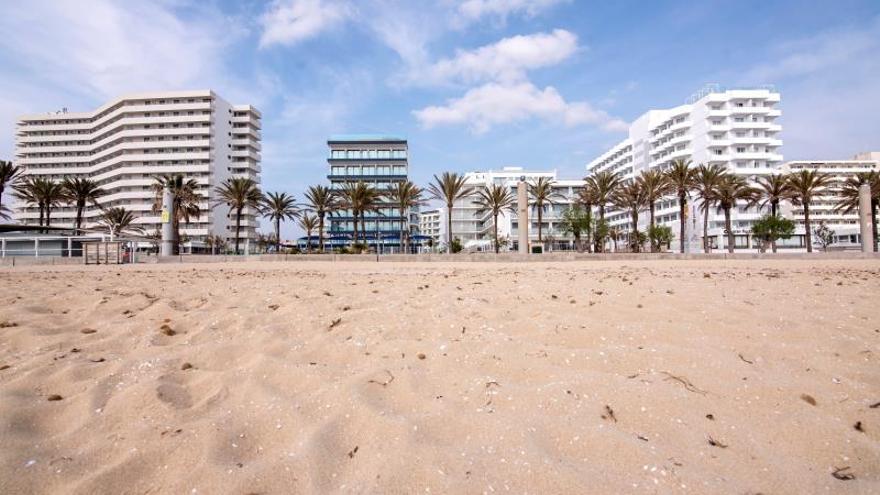 Playa de Palma con hoteles cerrados a causa de la crisis sanitaria del coronavirus.