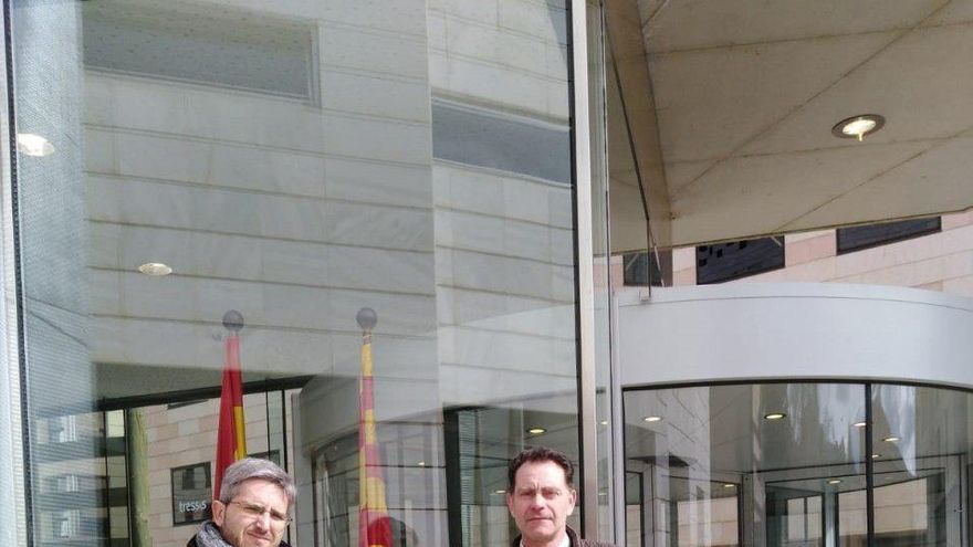 José Antonio Ortiz, a la izquierda con una carpeta verde.
