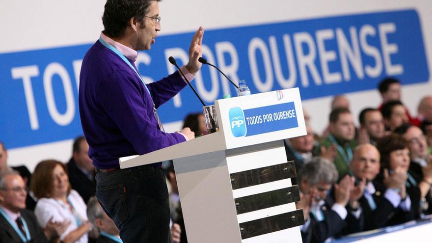 Feijóo interviene en el congreso del PP de Ourense en 2010 observado por José Manuel Baltar