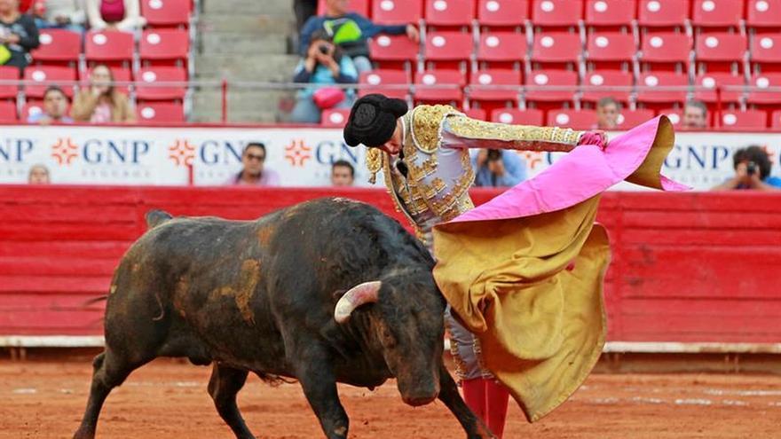 El Pacma presenta en Cultura casi 100.000 firmas para mantener el IVA taurino