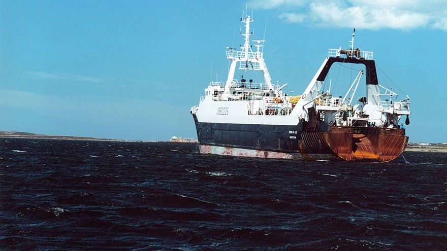 Barco arrastrero en plena navegación, en una imagen de archivo