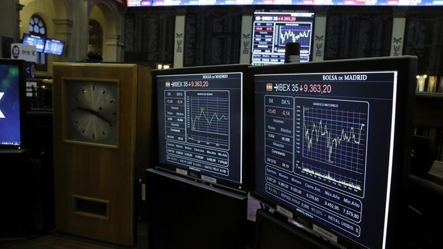 El IBEX 35 cae un 0,39 % a mediodía y se aleja de cerrar el año en positivo