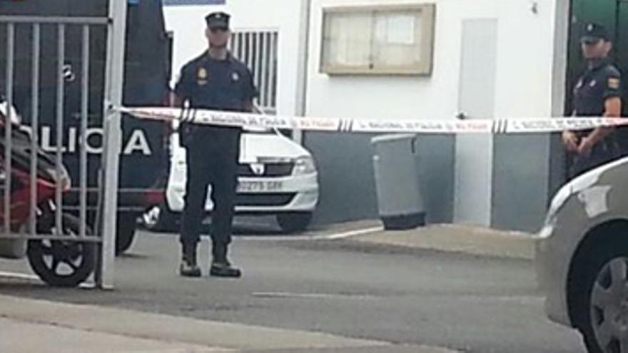 Agentes de los cuerpos de seguridad del Estado precintan las cooperativas de taxi de Las Palmas de Gran Canaria