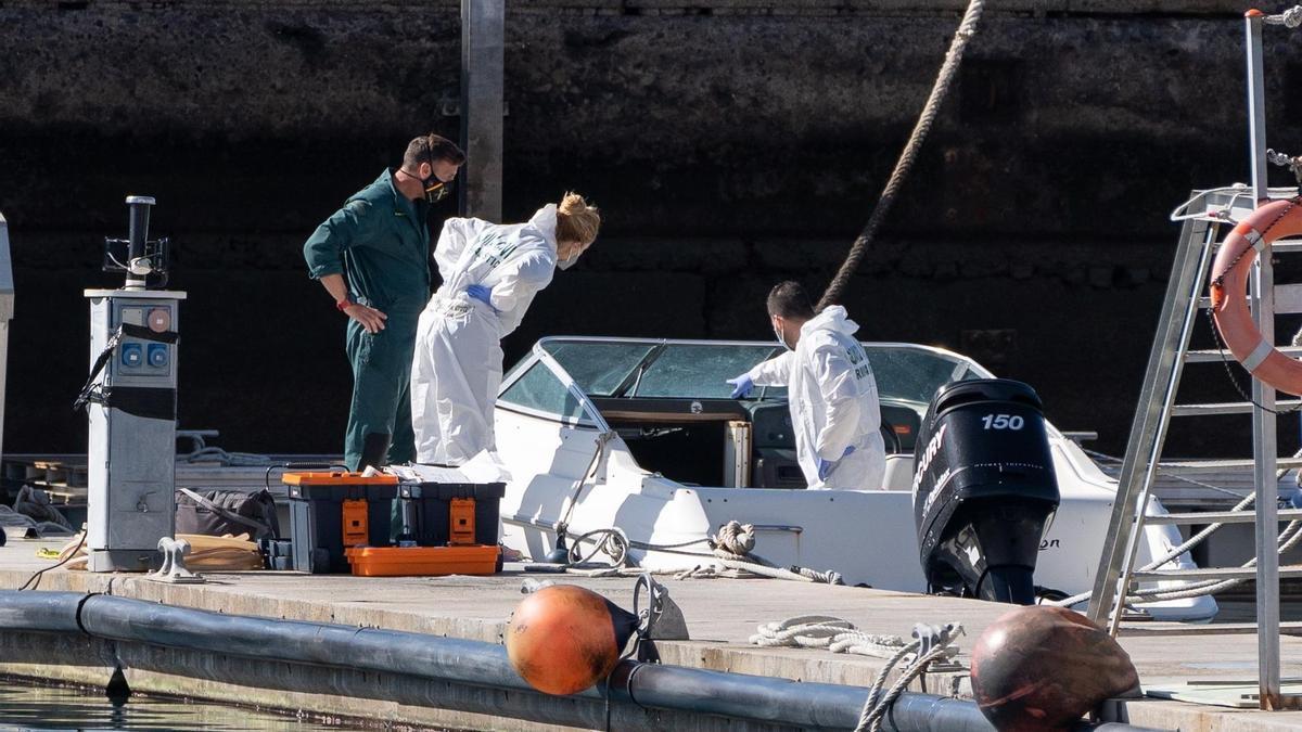 La Policía Científica analiza una embarcación en la base de la Guardia Civil de la dársena pesquera de Santa Cruz de Tenerife, propiedad del hombre desaparecido con sus dos hijas. EFE/Ramón de la Rocha