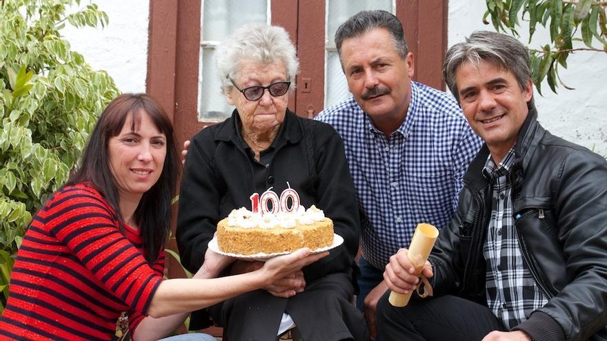 Doña Fidela recibió una tarta en su 100 cumpleaños.