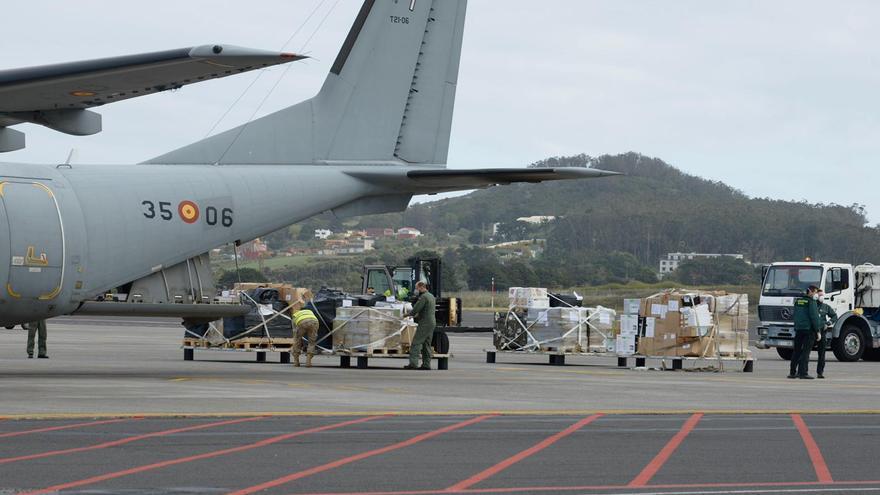 Llegada del material sanitario en un avión militar.