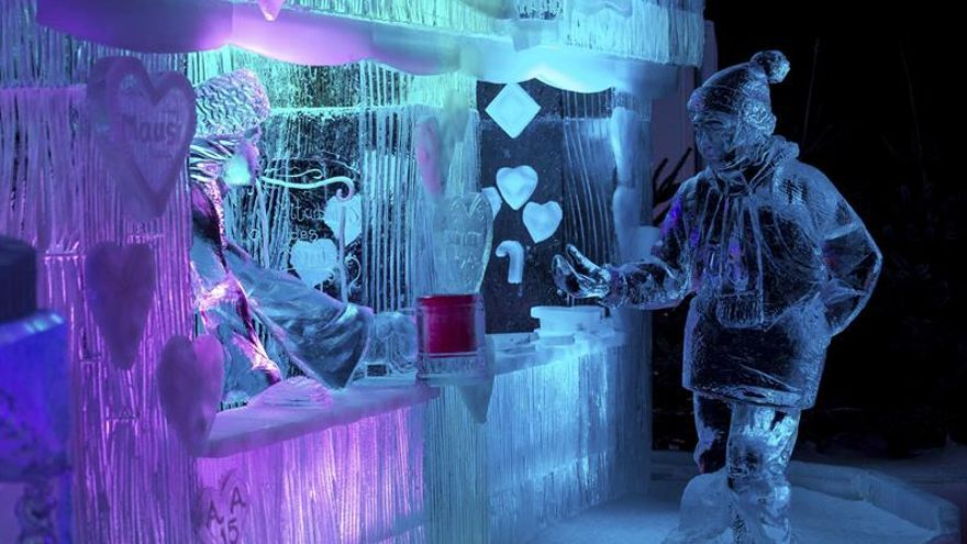 Veinte artistas convierten 200 toneladas de hielo en enormes esculturas