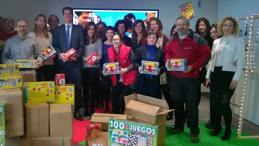 Los empleados de caixabank en navarra donan 250 juguetes a for Caixa oficinas pamplona