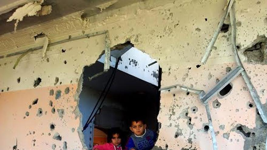 Niños en su casa destruida en Shija'yya, Franja de Gaza //Foto: Isabel Pérez.