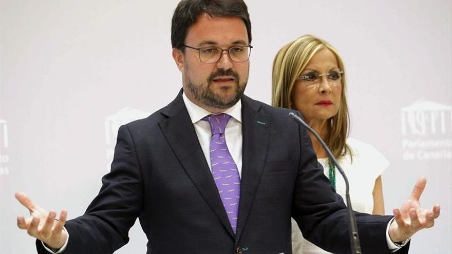 El presidente del PP de Canarias, Asier Antona, y la secretaria general del partido, Australia Navarro. EFE/Cristóbal García
