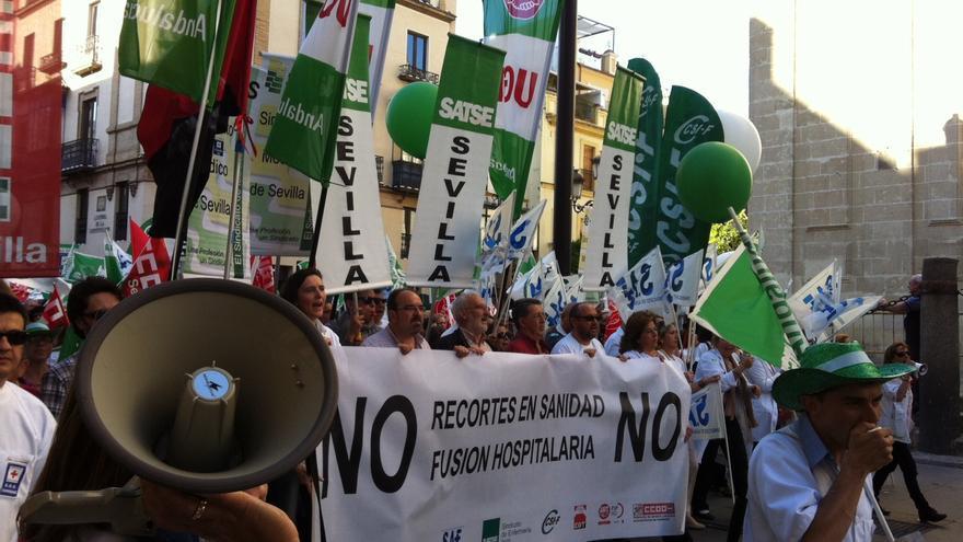 Manifestación organizada por el personal sanitario a su paso por la sede del Servicio Andaluz de Salud.