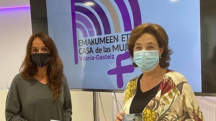 La concejala y la jefa del servicio de Igualdad, Miren Fernández de Landa y Mireia Espiau, en la presentación del nuevo curso de la Escuela para el Empoderamiento Feminista.
