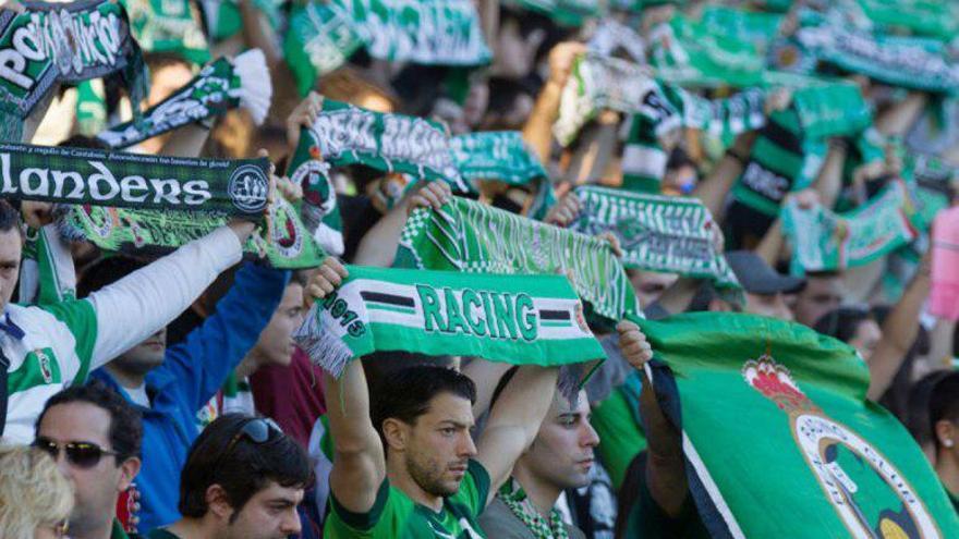 Una imagen de la afición durante un partido del equipo verdiblanco en El Sardinero. | RACING