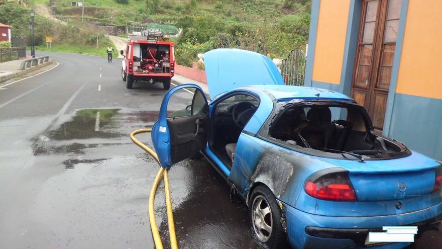 En la imagen, el vehículo calcinado junto a una dotación de Bomberos. Foto: BOMBEROS LA PALMA.